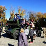 Діти розглядають систему залпового вогню БМ-21 «Град». Бахмут 12.10.2018 року