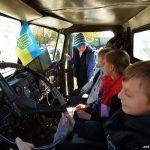 Діти розглядають кабіну автомобіля системи залпового вогню БМ-21 «Град». Бахмут 12.10.2018 року