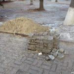 Бруківка та пісок поруч з місцем де було провалля